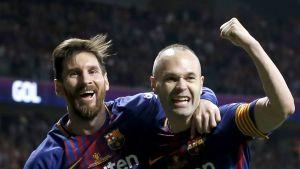 Barcelonan Andres Iniesta ja Lionel Messi (vas.)