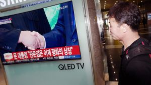 Eteläkorealainen mies seuraa rautatieaseman televisiosta Kim Jong-unin ja Moon Jae-inin tapaamista.