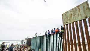 Arviolta parisensataa Keski-Amerikasta matkaan lähtenyttä turvapaikanhakijaa saapui sunnuntaina Meksikon ja Yhdysvaltain rajalle Tijuanaan.