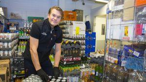 Kauppias Tommi Kaipainen järjestelee vappujuomia K-marketin varastotiloissa.