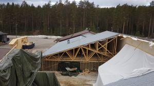 Sepon Kalusteen tehtaan kattokorjaus jatkuu vielä jonkin aikaa.