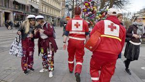 Nuorison huolto- ja auttamisoperaatio partioi vapunviettäjien keskuudessa Esplanadin puistossa Helsingissä vappuaattona 30. huhtikuuta 2018.
