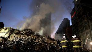Palomiehiä romahtaneen talon jäänteiden edustalla Brasilian Sao Paulossa tiistaina.