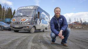 Maaninkalainen nuoriso-ohjaaja Kimmo Pölkki Walkers-auton edessä