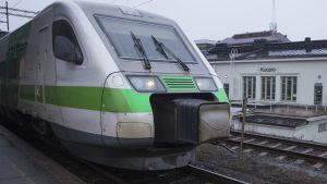 Juna lähdössä Kuopion aselmalta kohti Helsinkiä.