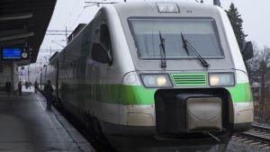 Juna lähdössä Kuopion asemalta kohti Helsinkiä.