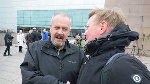 Kari Pajunen ja Pasi Peiponen sopivat tapaamisesta ensi vapuksi.