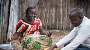 Sophie ja Daniel Ayar keittiömajansa ulkopuolella Jubassa.