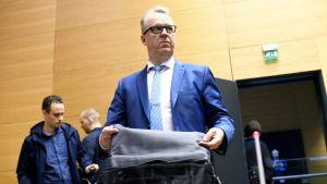 Tullin pääjohtaja Antti Hartikainen saapui Helsingin käräjäoikeuteen 19. huhtikuuta