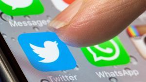 twitter logo ja sormi
