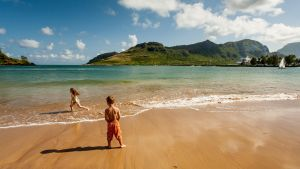 Lapset leikkivät Kalapakin rannalla Hawajilla.