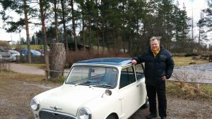 Kermanvärinen sinikattoinen Morris Mini vuosimallia 1961. Auton vieressä seisoo sen omistaja Reijo Heurlin.