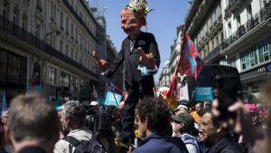 Mielenosoitus Pariisissa, keskellä presidentti Emmanuel Macronia esittävä nukkehahmo