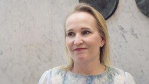 Valtakunnansovittelija Minna Helle Akateemisessa kirjakaupassa Helsingissä torstaina 3. toukokuuta.