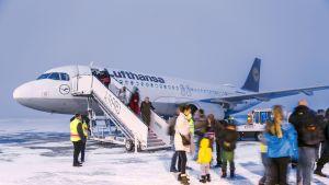 Turisteja Kuusamon lentokentällä.