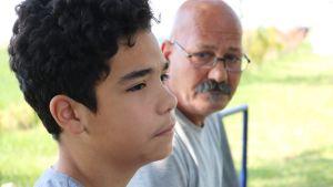 Amir Hossein ja hänen isänsä Mahmud odottavat vastaanottokeskuksessa Suboticassa pääsyä Unkarin puolelle.