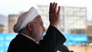 Hassan Rouhani tervehtii.