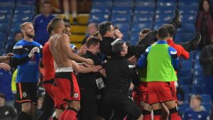 Huddersfieldin pelaajat kantavat päävalmentaja David Wagneria.