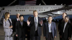 Donald Trump puhuu Andrewsin lentotukikohdassa.