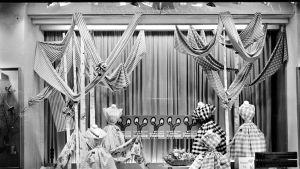 Kankaita ja mekkoja näyteikkunassa äitienpäivää ennakoiden keväällä 1958.