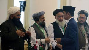 Indonesian presidentti Joko Widodo tervehtii Indonesiaan saapuneita muslimioppineita.