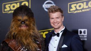 Joonas Suotamo ja Chewbacca-hahmo Cannesissa.