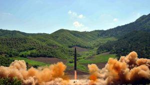 Pohjois-Korean uutistoimiston KCNA:n välittämä kuva mannertenvälisen ballistisen ohjuksen koelaukaisusta nimeämättömässä paikassa Pohjois-Koreassa 4. heinäkuuta 2017.
