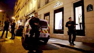Poliiseja partioimassa veitsi-iskun jälkeen Pariisissa 12. toukokuuta.