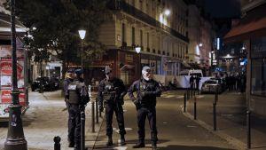 Poliisit vartioivat puukkoiskun tapahtumapaikkaa.