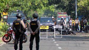 Poliiseja iskujen tapahtumapaikalla.