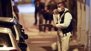 Rikospaikkatutkija Monsigny-kadulla Pariisissa aikaisin sunnuntaiaamuna.