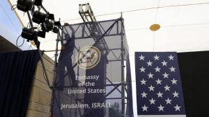 Työntekijä valmistelemassa konsulaattirakennuksen muuttamista lähetystöksi.