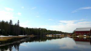 Kittilän Könkäällä tulvavesi on vallannut pellon