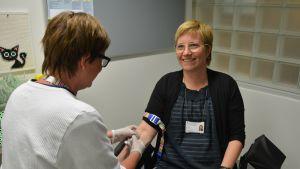 Vaasan keskussairaalan suunnittelupäällikkö Pia Wik antamassa verinäytettä