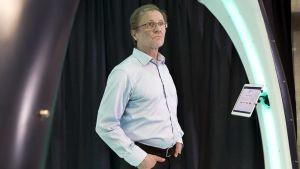 Vaatturimestari Matti Hampaala kokeilemassa 3D-skanneria.