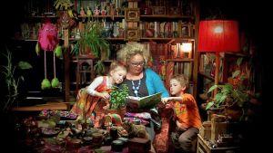 Petronella Grahn lastensa kanssa