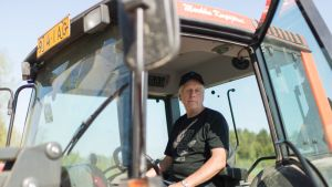 Markku Korpijärvi traktorissa.