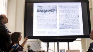 Tutkijat esittävät videolla kaksi Anne Frankin päiväkirjan peitettyä sivua.