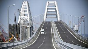 Auto vasta-avatulla Krimin sillalla.