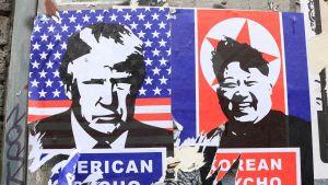 Donald Trumpia ja Kim Jong-unia ivaava juliste Lontoossa maaliskuussa.