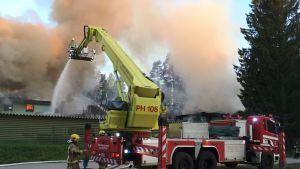 Pelastuslaitos sammuttaa tulipaloa