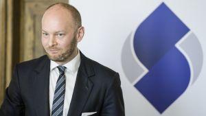 Sampo Terho ja Sininen tulevaisuus puolueen uusi logo.