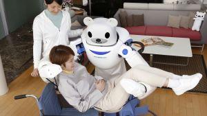 Robear-hoitorobotti nostaa potilaan pyörätuoliin Japanissa.