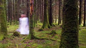 Nainen metsässä haamukuvana