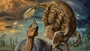 Piirroskuva hautovasta dinosauruksesta, jonka puoleen kumartuu lajitoveri.