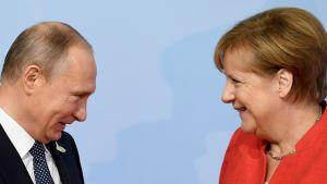 Angela Merkel ja  Vladimir Putin G20 -kokouksessa Hampurissa viime vuonna.
