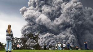 tulivuoresta purkautuu savua