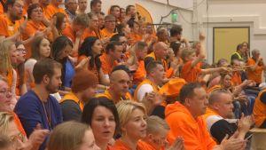 KarhuBasketin kannattajakatsomo on pääväriltään oranssi.