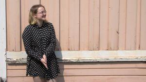 Ida Koskinen hymyilee musiikkiopiston pihalla Lappeenrannassa
