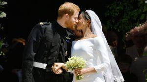 Prinssi Harry ja Meghan suutelivat kirkon edessä vihkimisen jälkeen.
